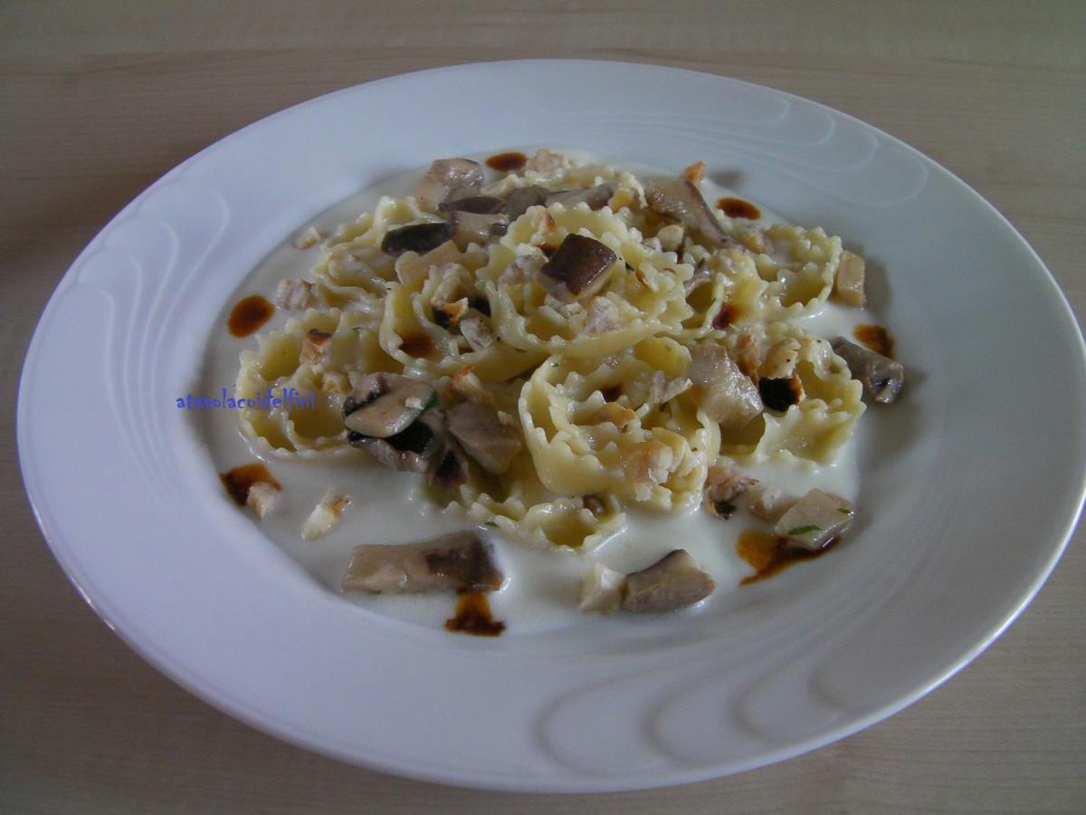 """""""Carteddate"""" salate di semola rimacinata di grano duro con funghi cardoncelli, briciole di castagne e vincotto su crema al parmigiano"""