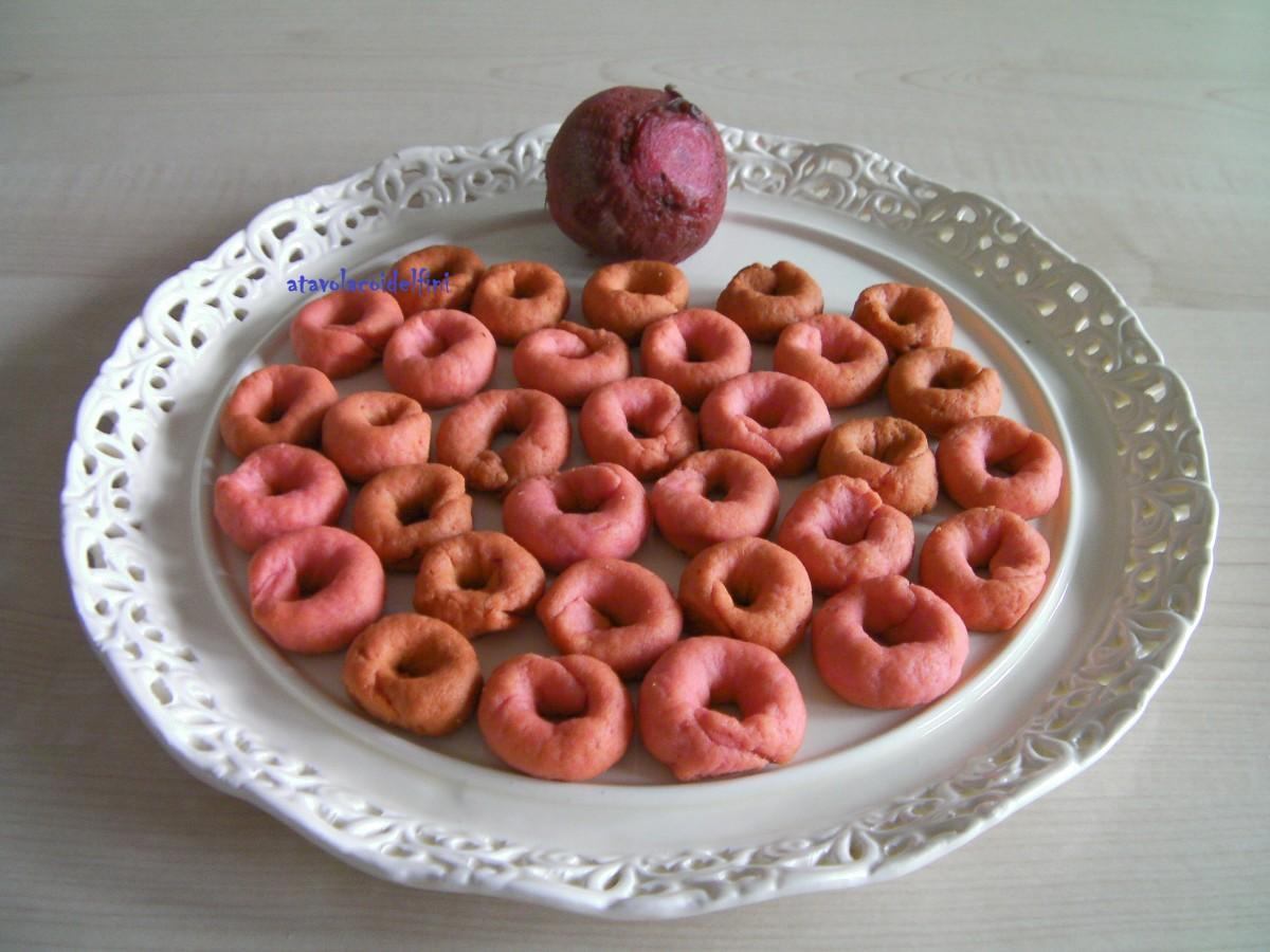 Tarallini di semola rimacinata all'olio evo, vino bianco, barbabietola rossa e peperoncino