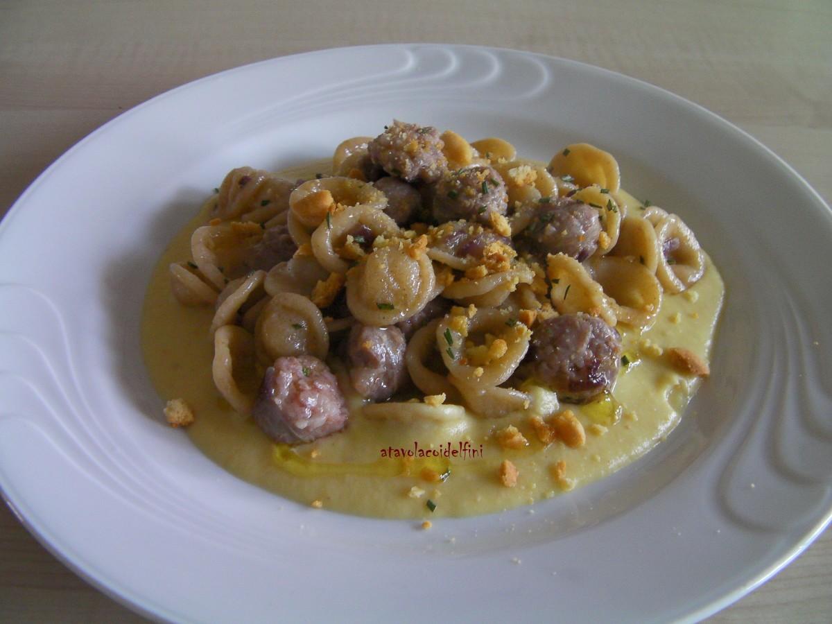 Orecchiette con salsiccia, rosmarino, tarallino sbriciolato su crema di mela golden allo zenzero