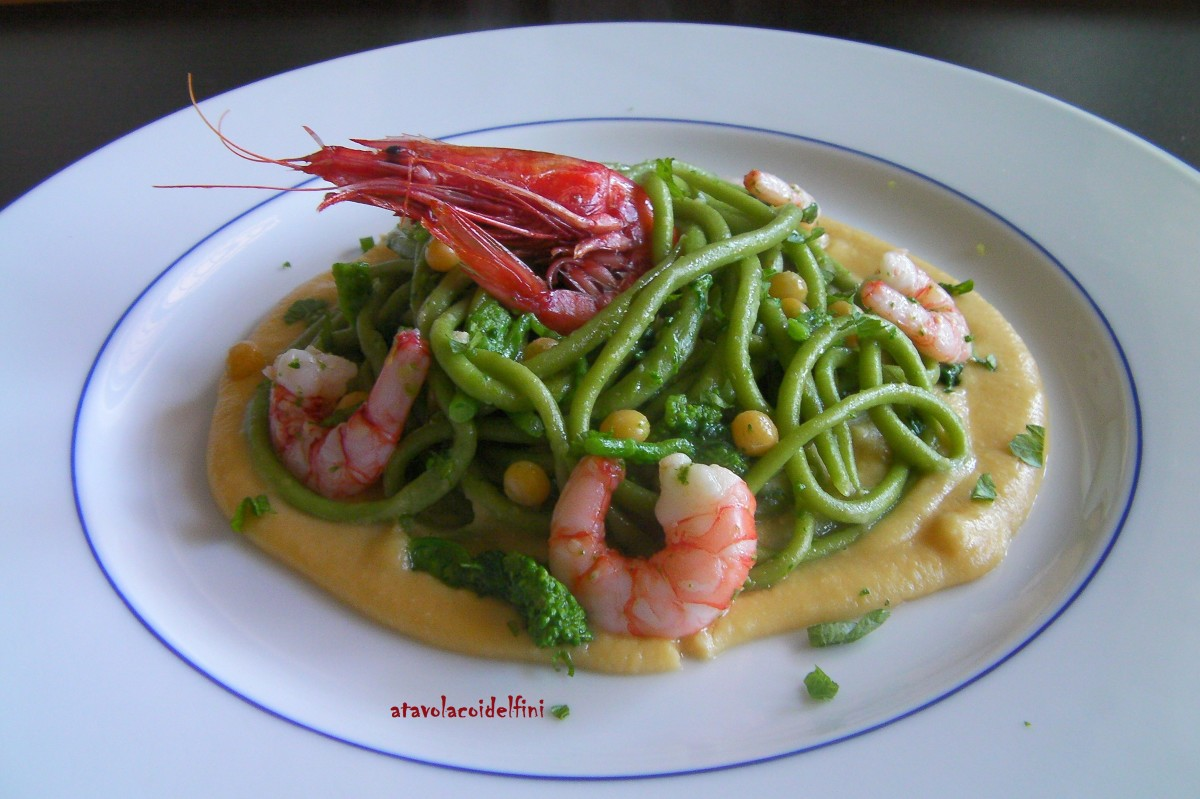 Spaghetti verdi alle cime di rapa con gamberi viola su crema di piselli nani secchi