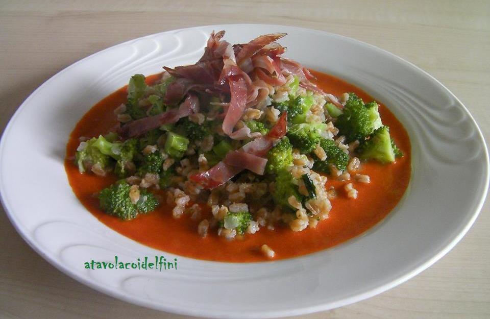 Farro perlato con broccoli verdi su crema di peperoni rossi e capocollo di Martina Franca croccante