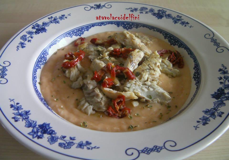 Filetti di pesce serra allo Chardonnay con pomodori secchi e origano di macchia, su crema di fagioli bianchi