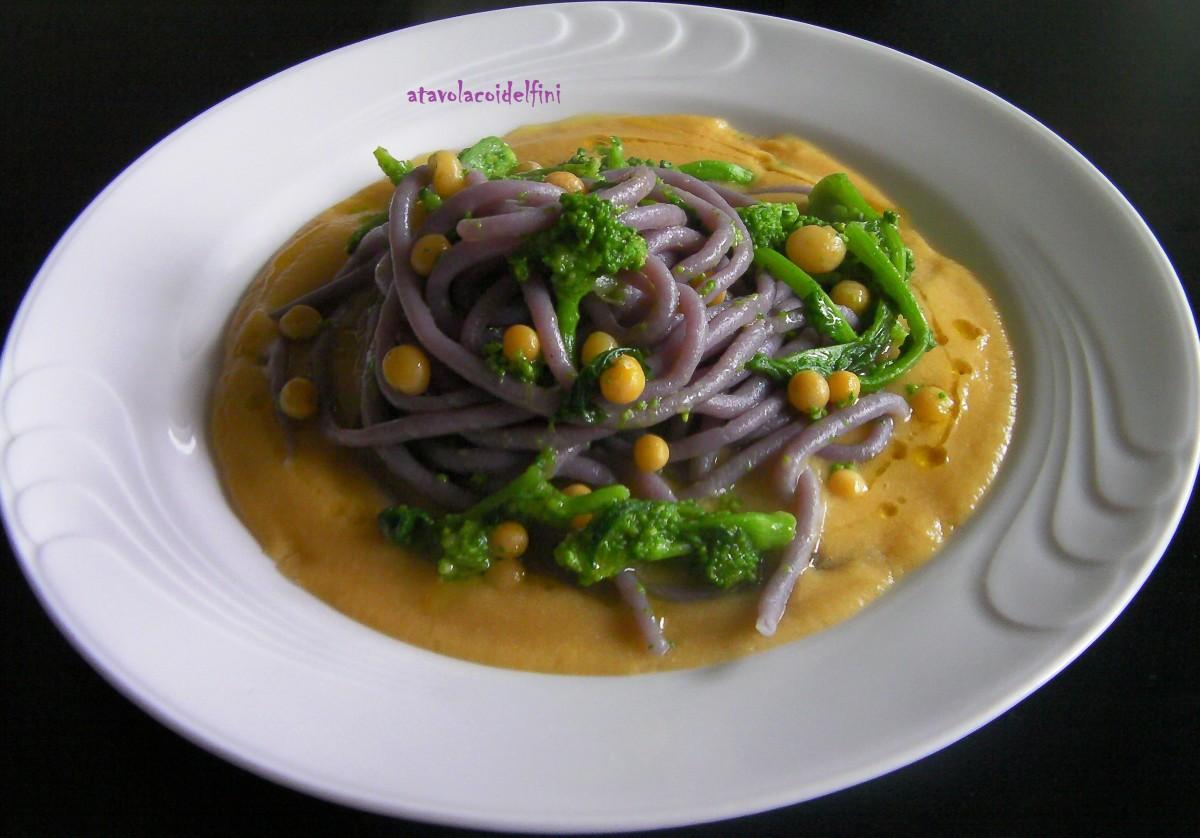 Spaghetti al cavolo viola con cime di rapa su crema di piselli nani secchi
