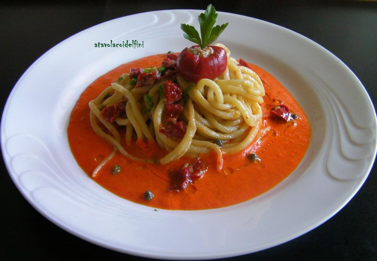 Spaghetti di semola ai peperoncini ripieni al tonno, capperi e prezzemolo su crema di peperone rosso