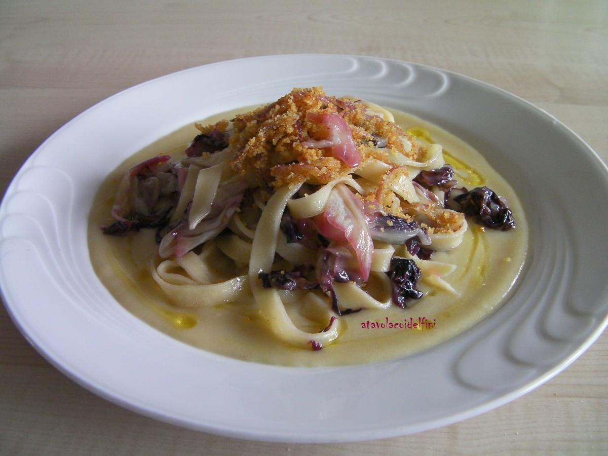 Tagliatelle di semola con radicchio rosso tondo, cipolle e pane croccante, su crema di fave secche