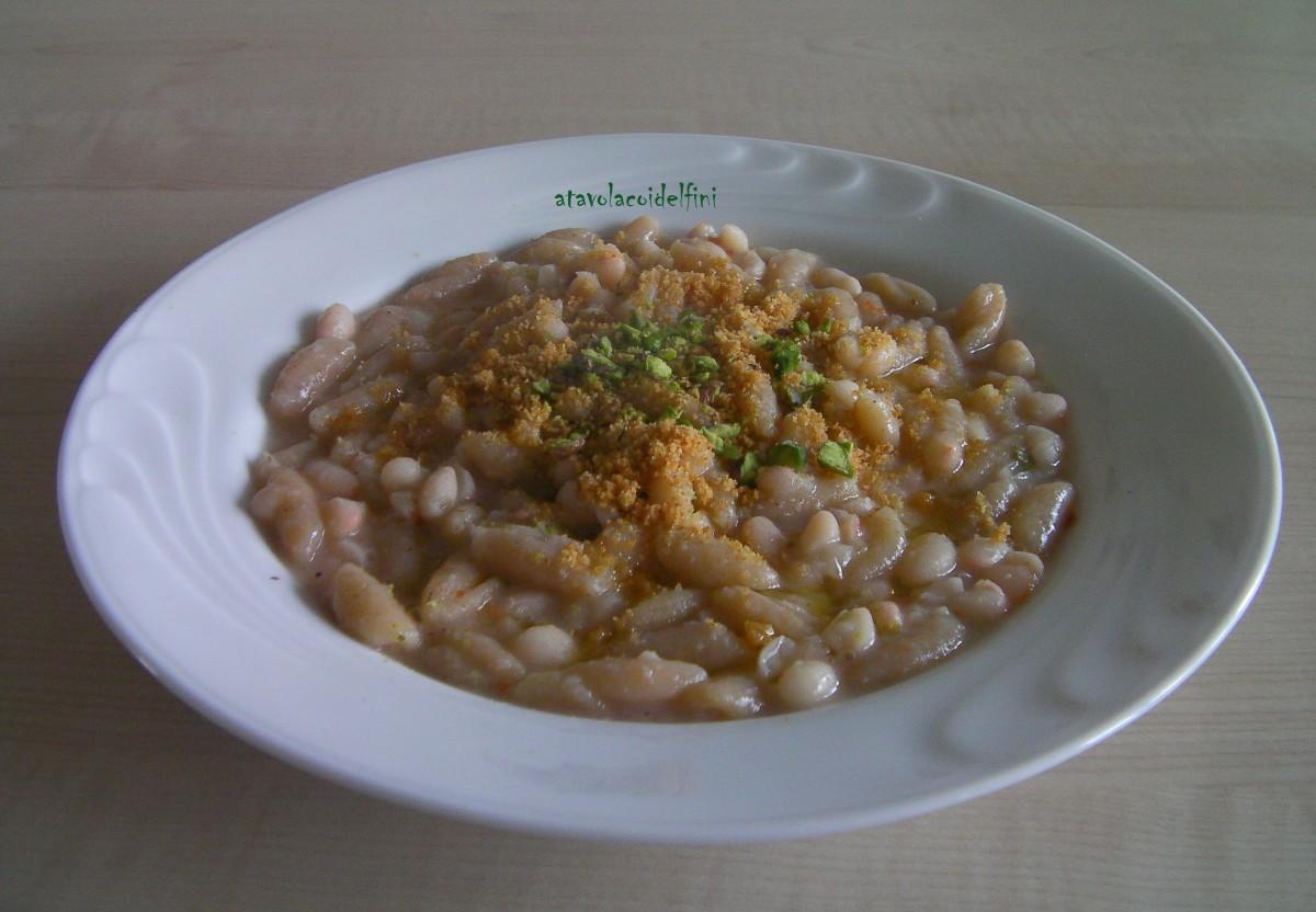 Cavatelli di semola con fagioli bianchi secchi di Zollino con pane croccante e pistacchi di Bronte