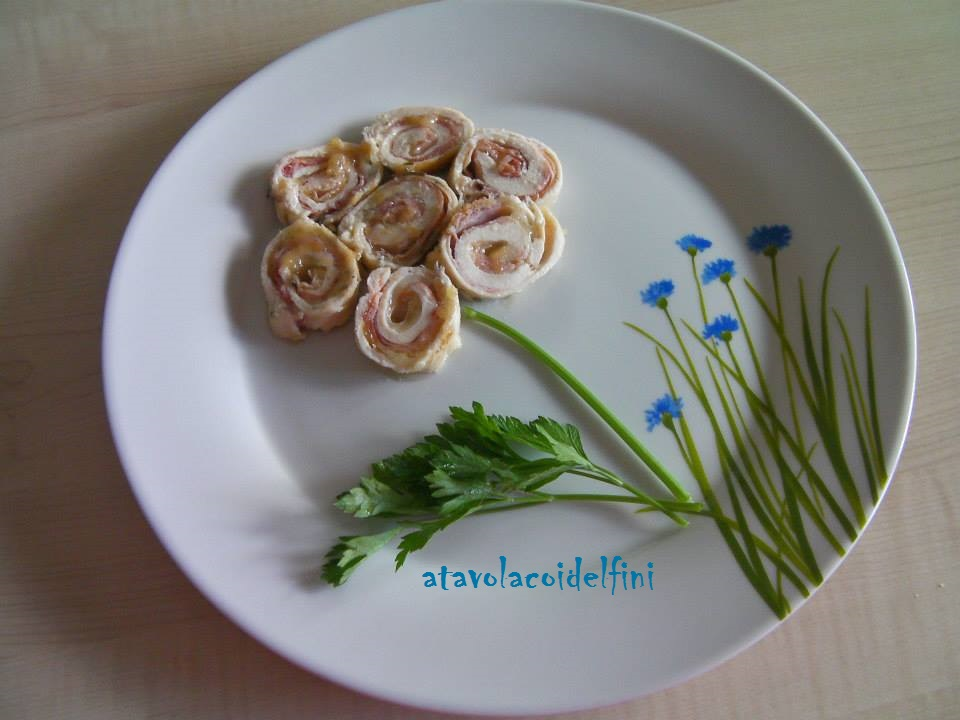 Rotolini di pollo ripieni di scamorza, prosciutto di Praga ed erbe aromatiche