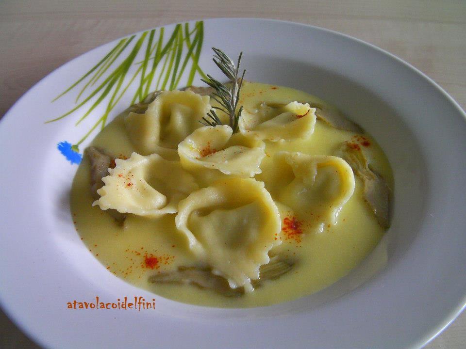 Tortelli di semola rimacinata ripieni di ricotta di bufala, carciofi e vaccino pugliese su crema di patate salentine  e zafferano