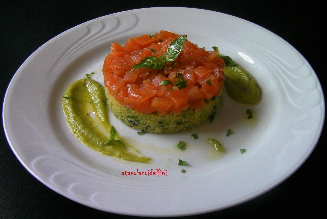 Cous cuos, zucchine, sponsali e basilico con salmone selvaggio e crema di piselli novelli
