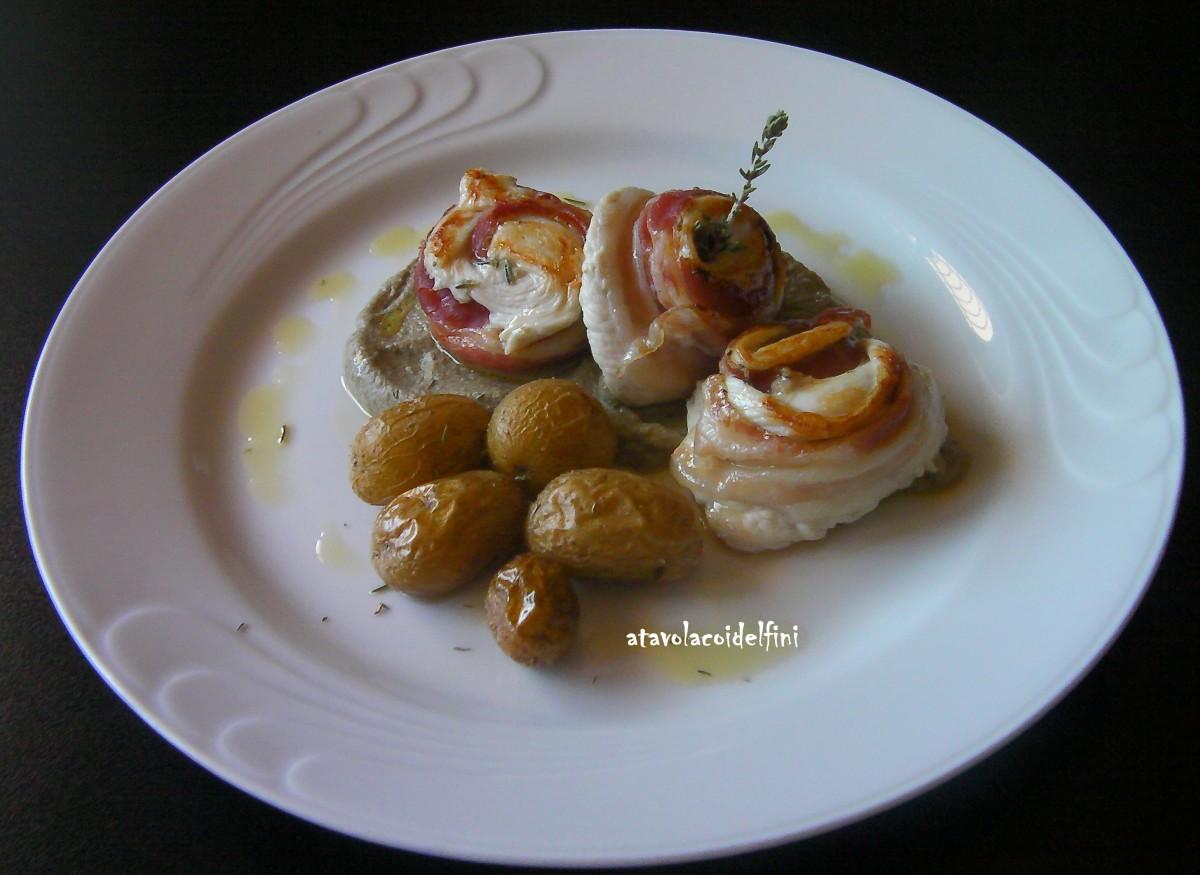 Roselline di pollo ruspante e pancetta su mousse di melanzana e sesamo con patate novelle al timo di Porto Badisco