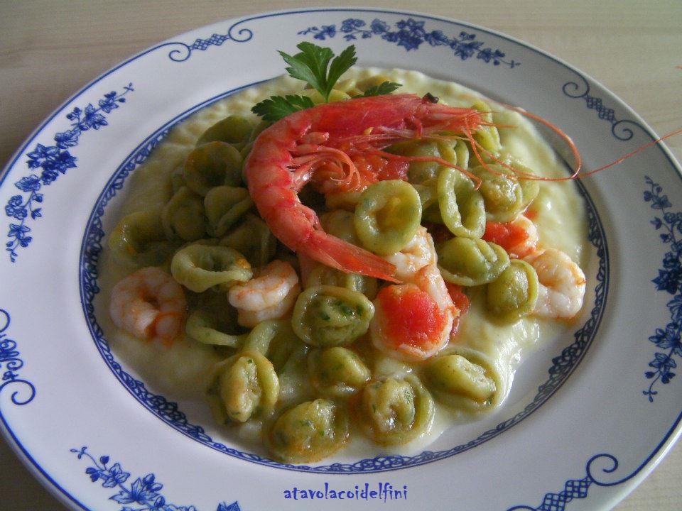 Orecchiette di semola al prezzemolo con gamberi dello Ionio, pomodori concassè su vellutata di patate allo scalogno