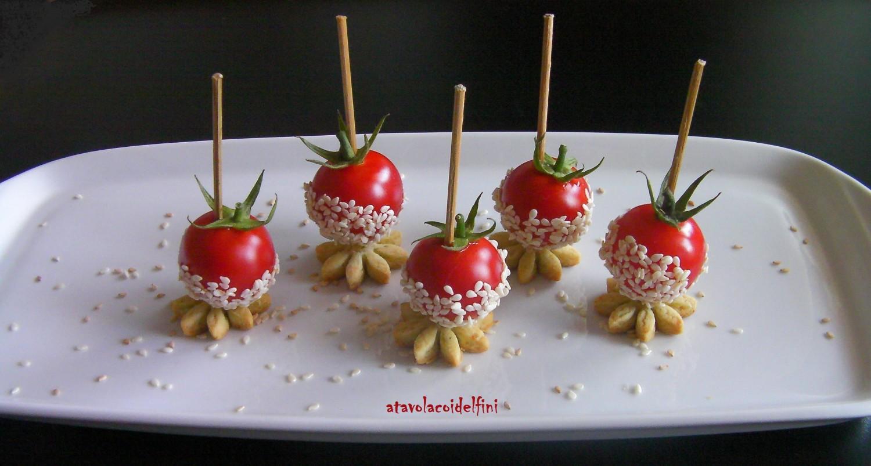Pomodori ciliegia al sesamo su frolla salata al basilico