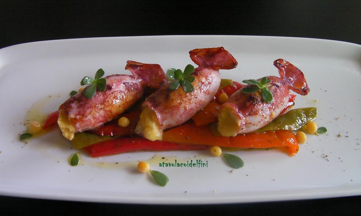 Totani ripieni di purea di piselli nani di Zollino su peperoni e portulaca