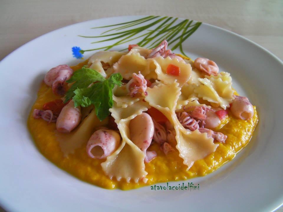 Farfalle di semola, totani e pomodori fiaschetto su crema di peperoni gialli