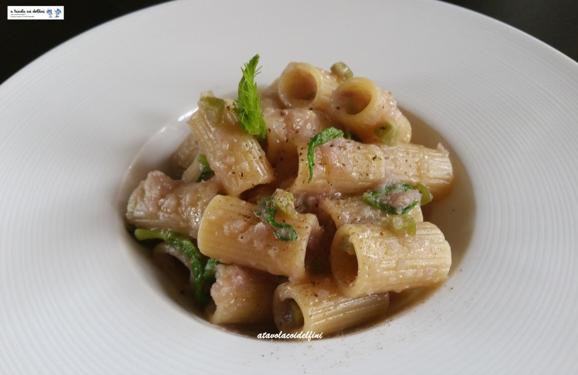 Mezze maniche alla crema di cipolle rosse, olive verdi e finocchietto