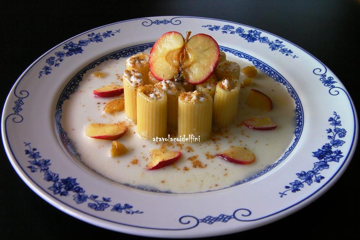 Mezze maniche rigate ripiene di ricotta e castagne su fonduta di vaccino, mele annurca e pane croccante