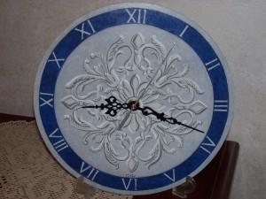 Orologio dipinto su legno