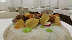 Polpo fritto, chips di patate, ravanelli e crema di piselli