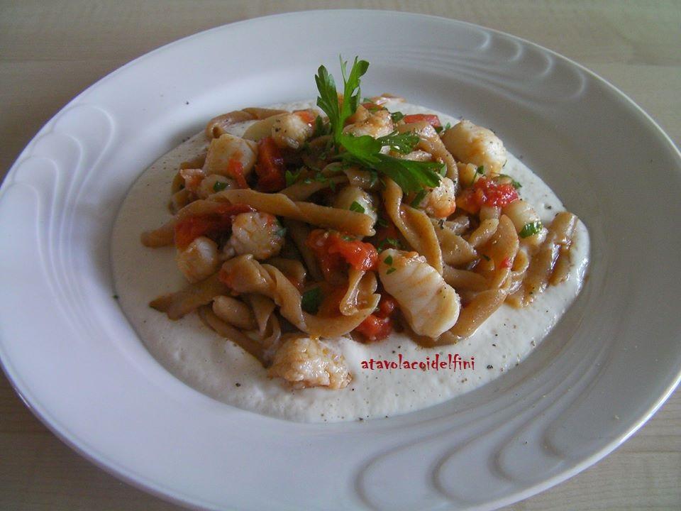 Sagne 'ncannulate di semola rimacinata con rana pescatrice, pomodori fiaschietto e prezzemolo su crema al pecorino fresco