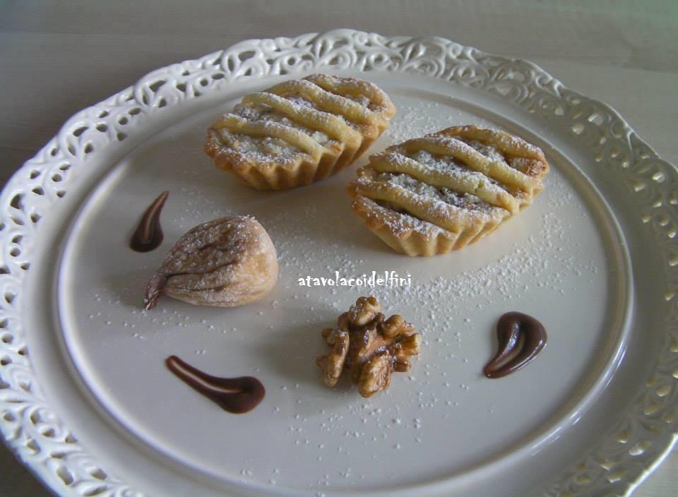 Crostatine di semola rimacinata all'olio evo, con ricotta di pecora, miele, fichi secchi e noci