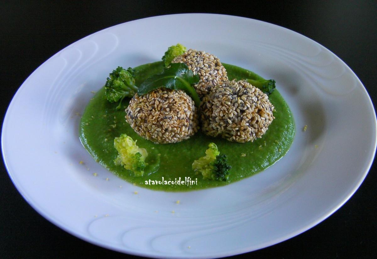 Polpette di palamita in crosta di semi di sesamo e papavero su crema di broccoli e limone