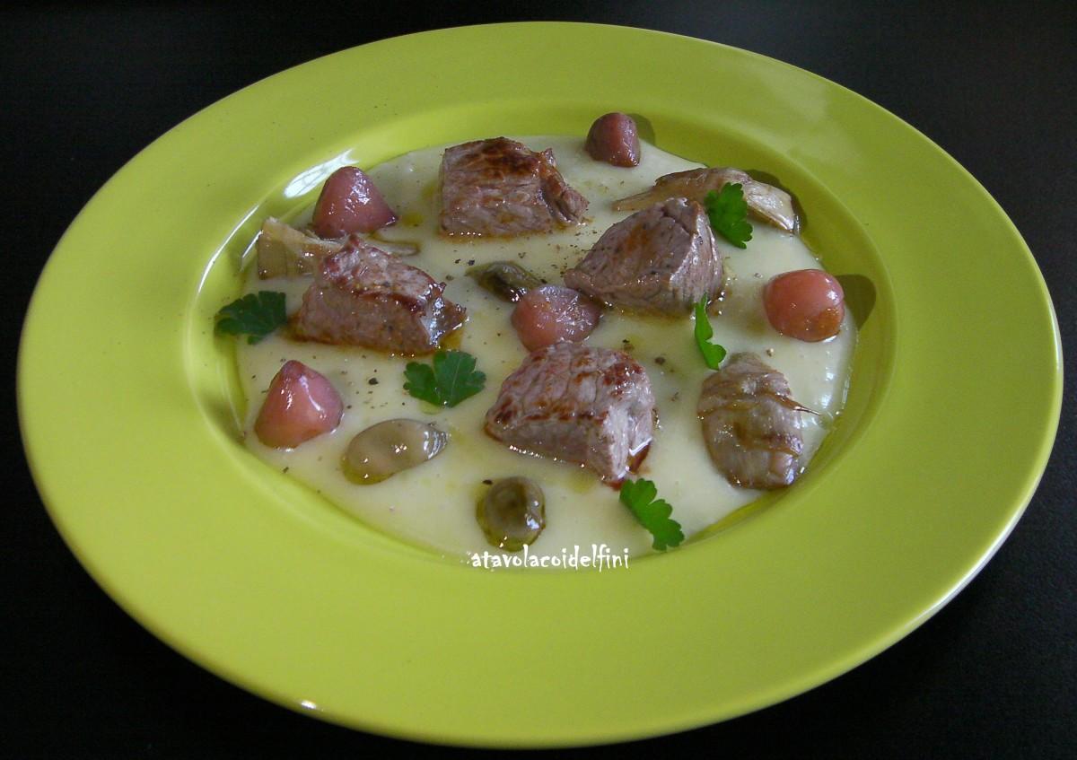 Scamone di scottona con lampascioni, carciofi e fave sott'olio su crema di patate della Sila agli sponsali
