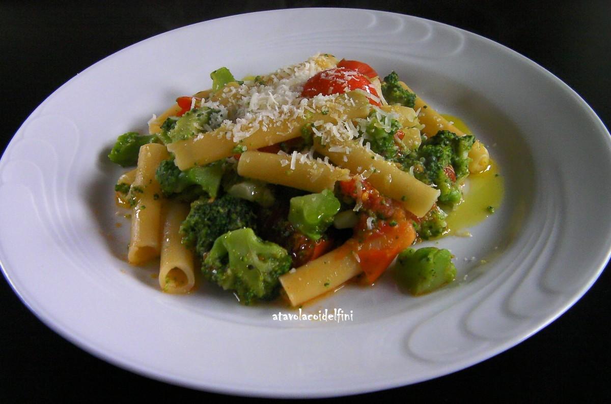 Ziti spezzati con broccoli, pomodori d'inverno e pecorino