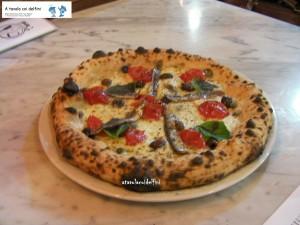 Pizza Napoletana - pomodoro del Piennolo, mozzarella, alici di Cetara, capperi, olive leccine, origano e basilico