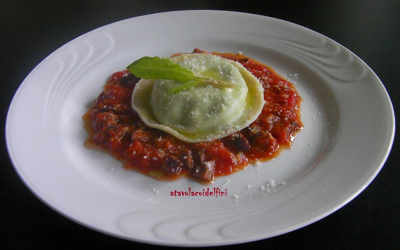Raviolone di ricotta e bietola su pomodori datterino e olive leccine