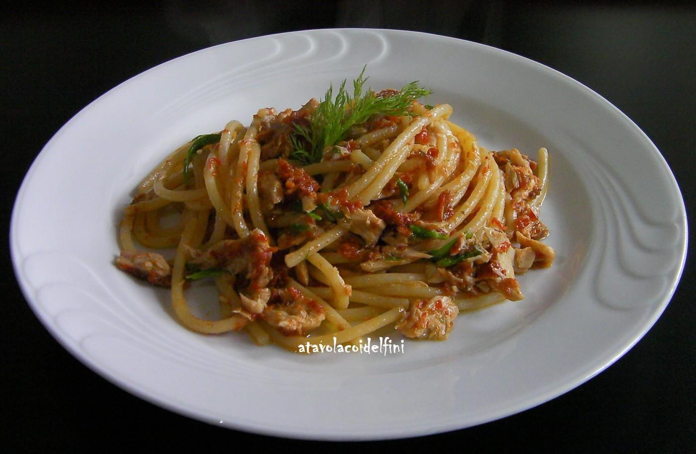 Spagoni con palamita sott'olio, crema di pomodori secchi e finocchietto