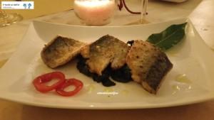 Filetto di sgombro gratin su spinaci all'aglio