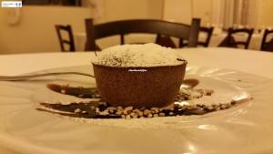 Tortino al cioccolato con granella di nocciole