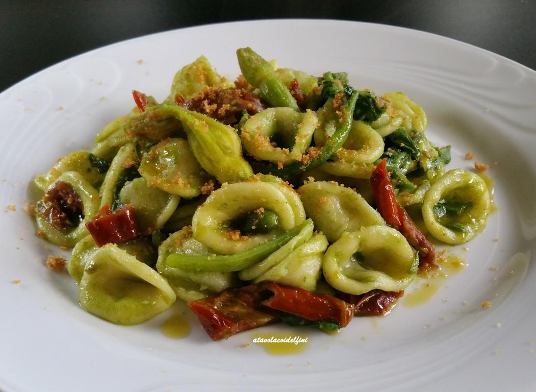 Orecchiette di semola alle cime di zucchina con pomodori secchi e pane aromatico tostato