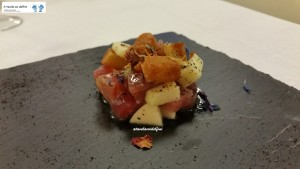 Tartare di tonno, mela verde, pane croccante e liquirizia
