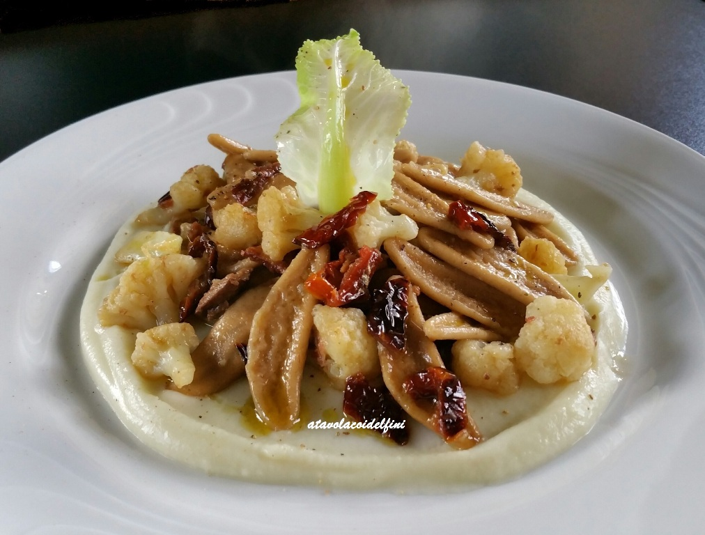 Foglie di ulivo di semola tostata, cavolfiori, pomodori secchi, olive e acciughe