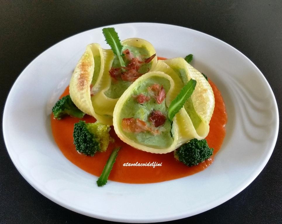 Conchiglioni ripieni di ricotta, broccoli e speck su passata di pomodori San Marzano