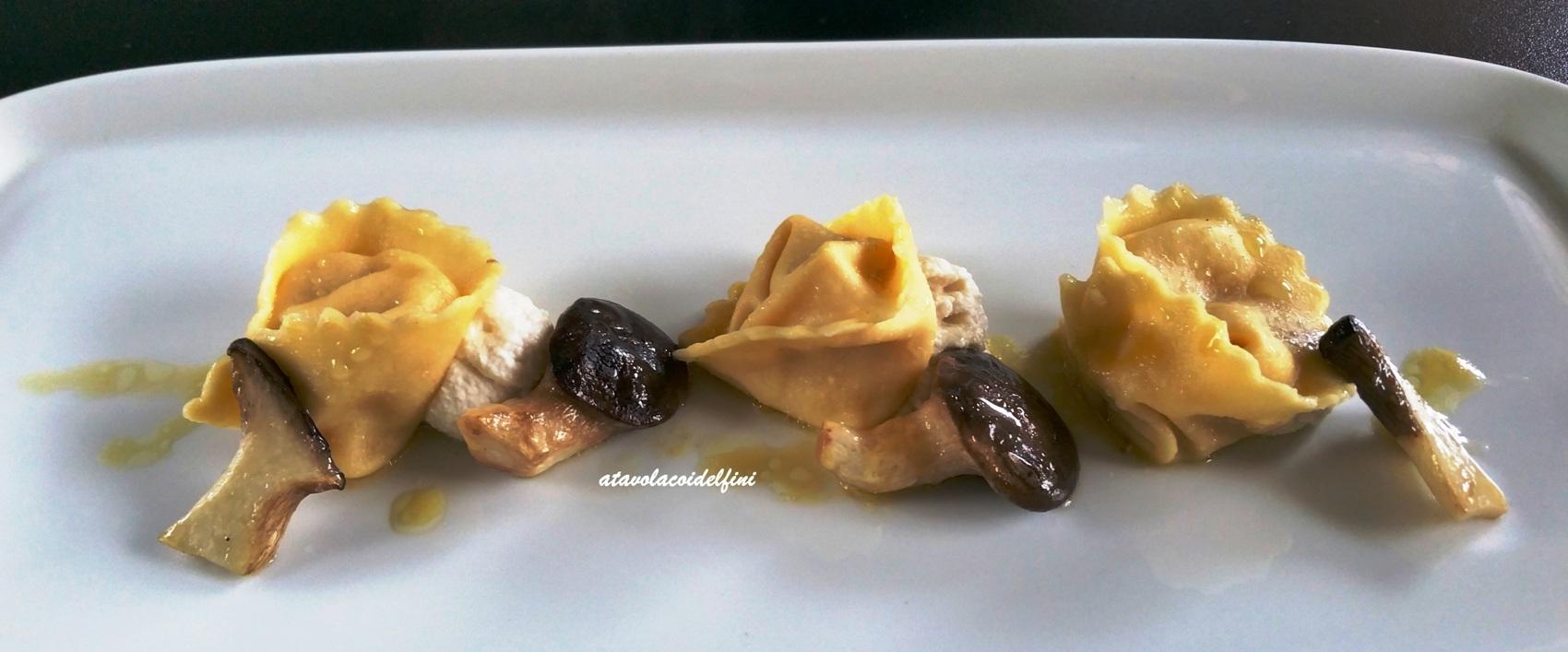 Tortelli di zucca e mandarino su crema di mandorle e funghi cardoncelli