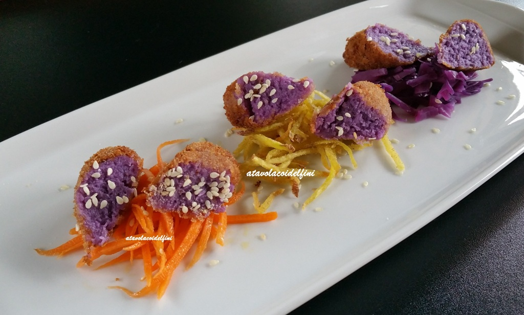 Crocchette di cavolo viola su carote marinate, patate fritte e cavolo stufato