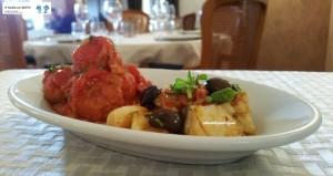 Polpette di baccalà e baccalà con le olive