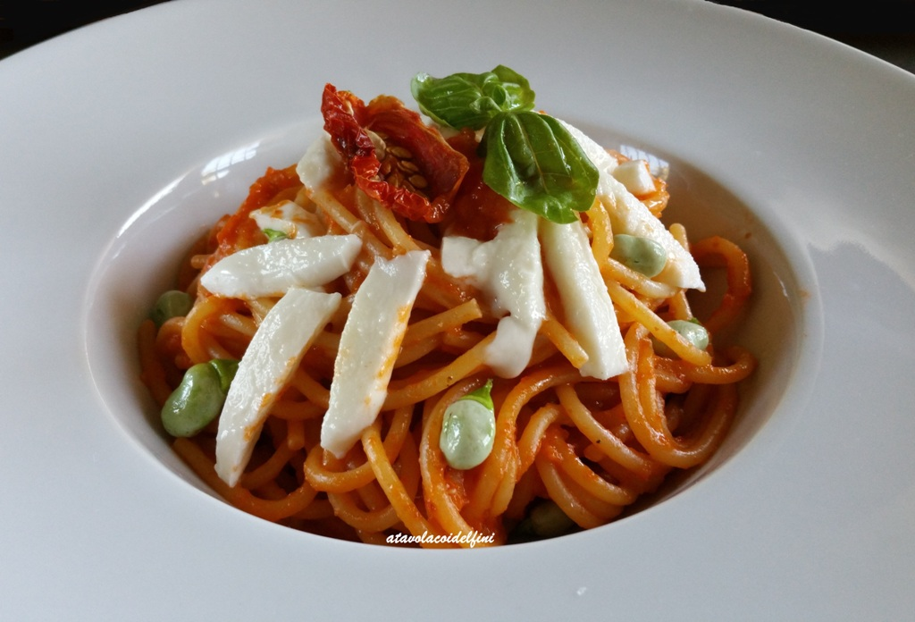 Spaghetti al pesto di pomodori ciettaicale, mozzarella di bufala e fave novelle