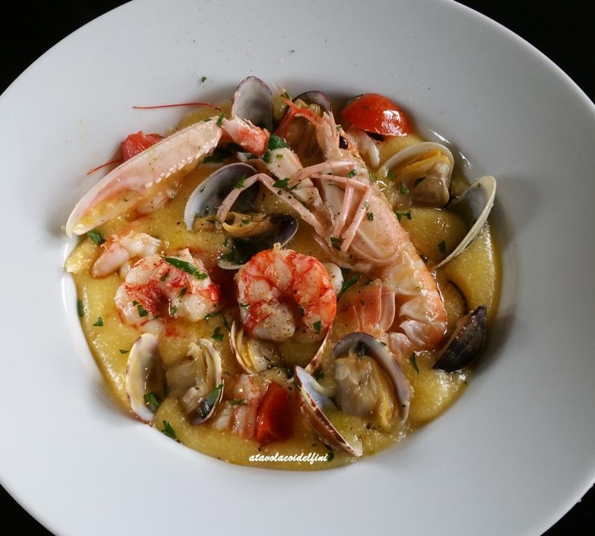Polenta bramata di mais ai crostacei e frutti di mare