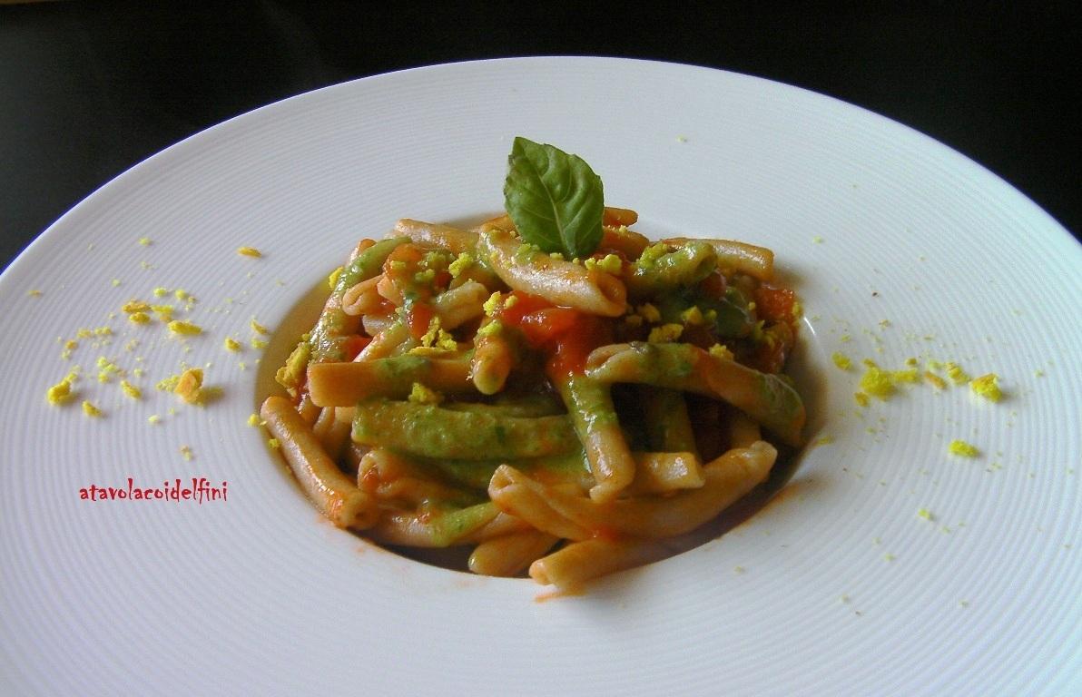 Maccheroni di semola integrale con pomodori datterino, crema di basilico al canestrato e briciole di frisellina alla curcuma