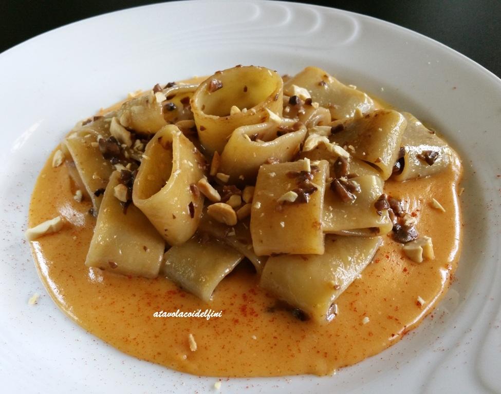 Calamarata alle olive giarraffa e mandorle su crema di patate al caciocavallo e peperone crusco