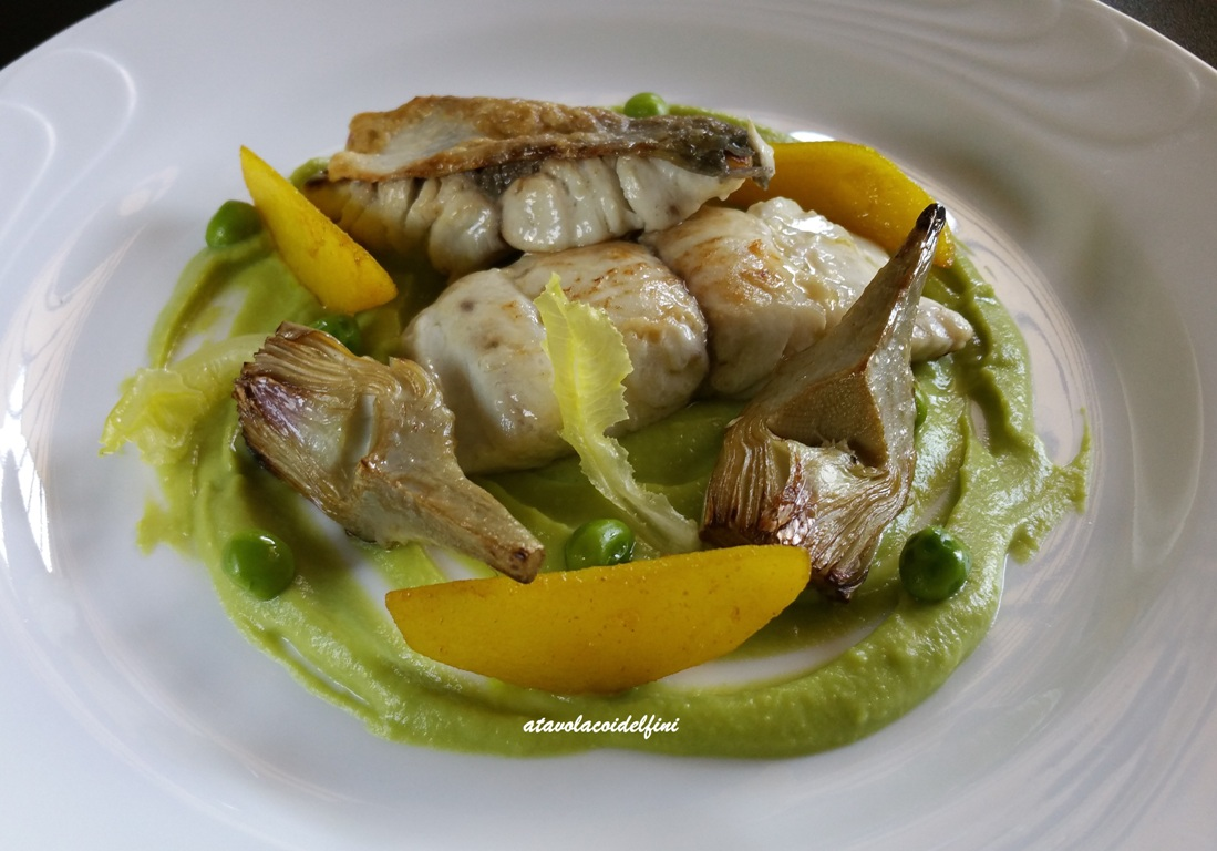 Pesce serra, carciofi arrosto, patate alla curcuma su crema di piselli e lattughino