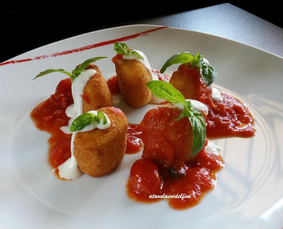 Paccheri fritti ripieni di ricotta e basilico al sugo di pomodorini e fonduta di pecorino