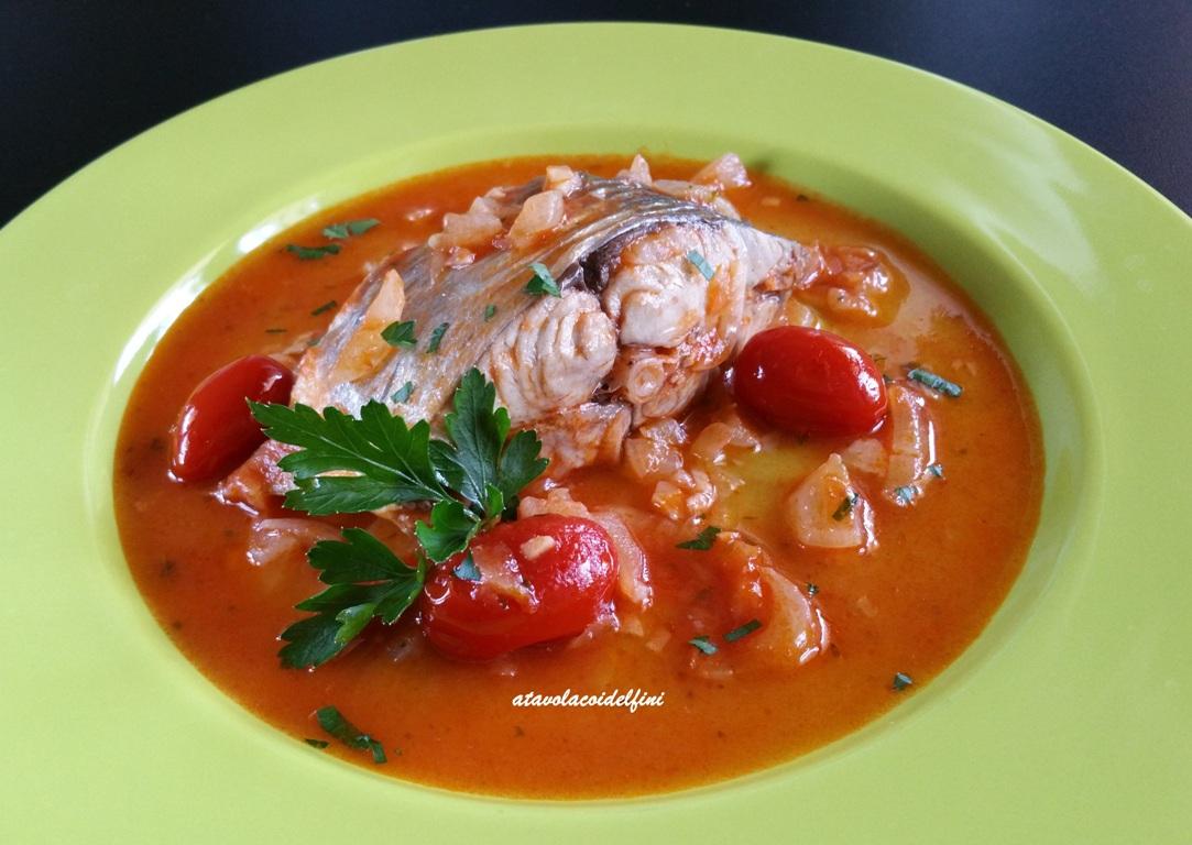 Pesce serra con pomodorini e cipolla bianca