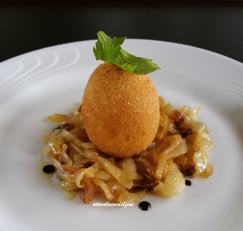 Crocchetta di uovo su cipolle caramellate di Acquaviva e cotto di fichi