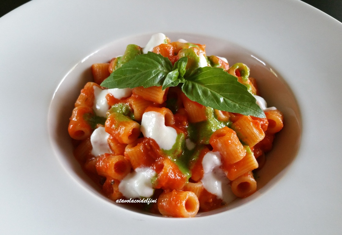 Tubettoni rigati al sugo di pomodori, pesto di basilico e crema di cacioricotta