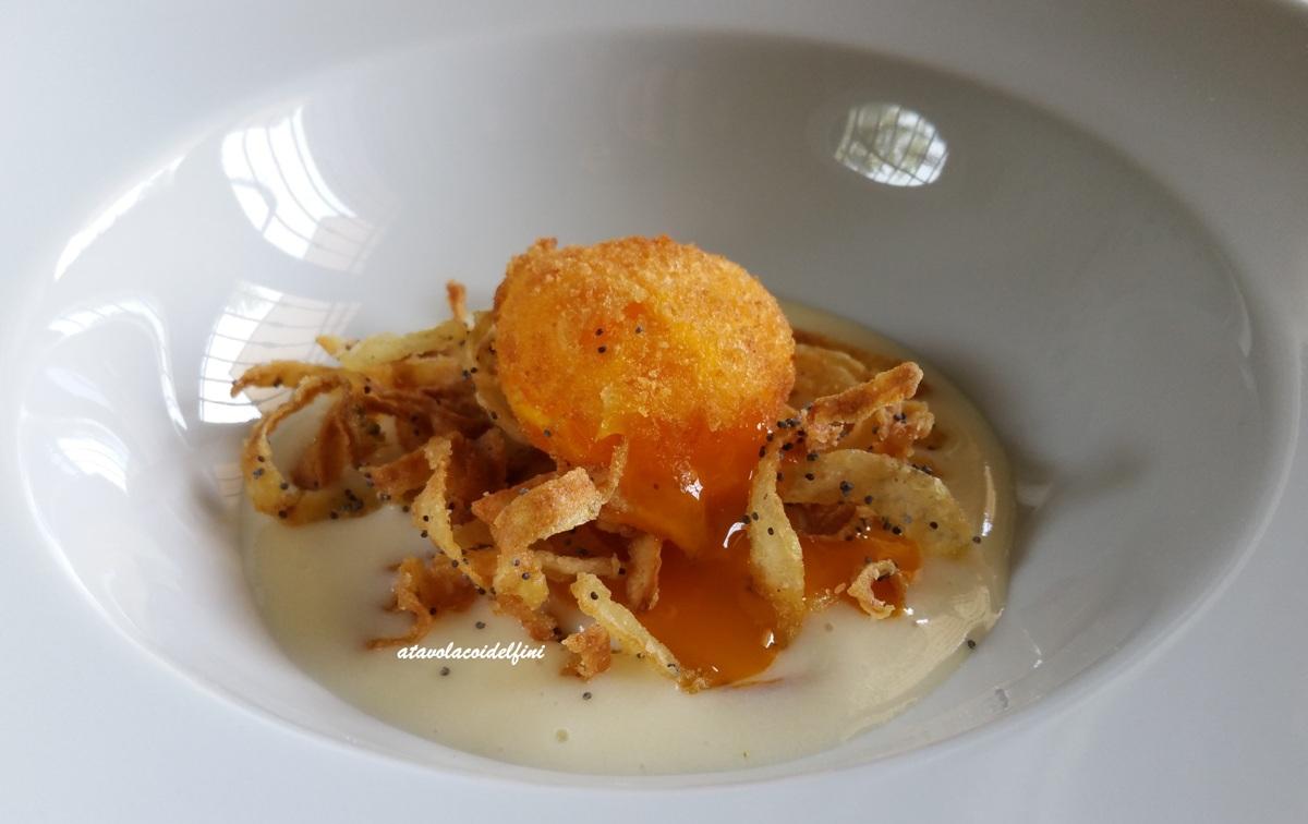 Tuorlo croccante con cipolle fritte e semi di papavero su crema di patate al caciocavallo podolico