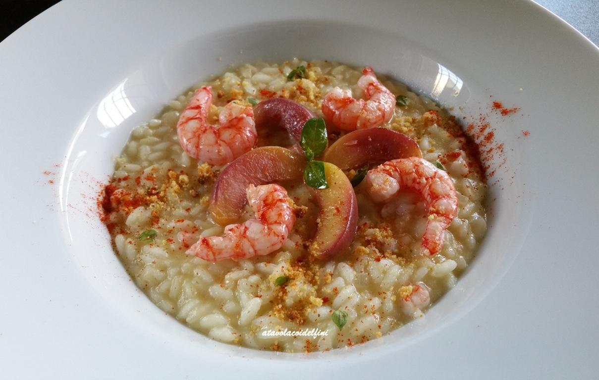 Risotto alle pesche merendelle, gamberi rossi, crumble all'amaretto e polvere di peperone